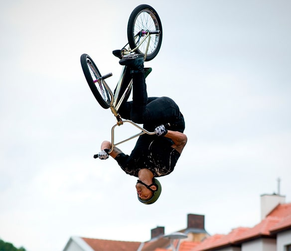 chico practicando bmx freestyle con bicicleta