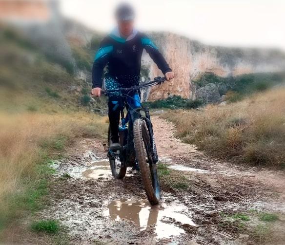 cruzar los canales de agua y barro con bici